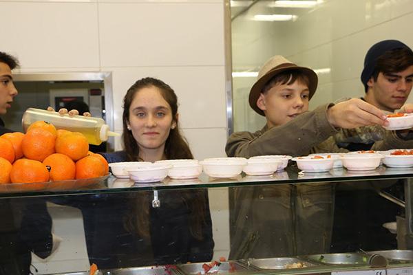 תלמידים מארגנים את האוכל לקראת המסעדה החברתית